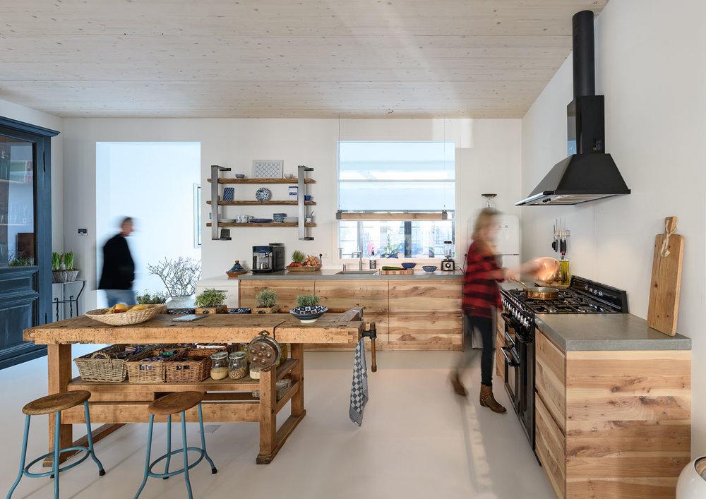 Prachtige keuken met massief iepen fronten uit eigen werkplaats